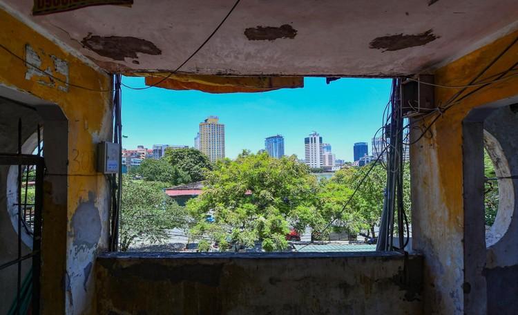 """Nhà biến thành """"hầm"""" ẩm thấp, dột nát tại chung cư tập thể cũ Hà Nội ảnh 13"""