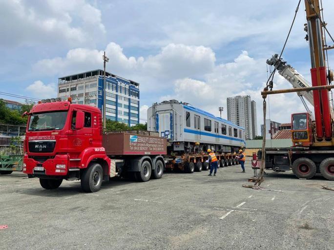 Cận cảnh 2 đoàn tàu số 6, 7 và đóng điện trạm biến áp của tuyến metro số 1 ảnh 4