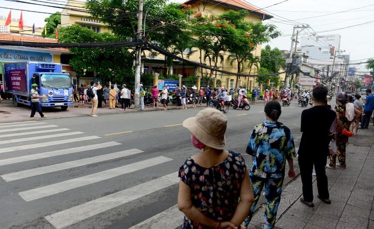 """Dân Sài Gòn xếp hàng dài trăm mét chờ mua thực phẩm ở """"siêu thị dã chiến"""" ảnh 1"""