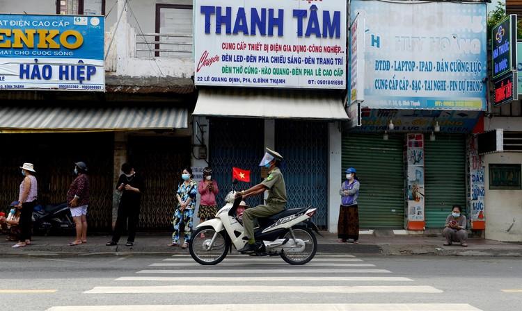 """Dân Sài Gòn xếp hàng dài trăm mét chờ mua thực phẩm ở """"siêu thị dã chiến"""" ảnh 10"""