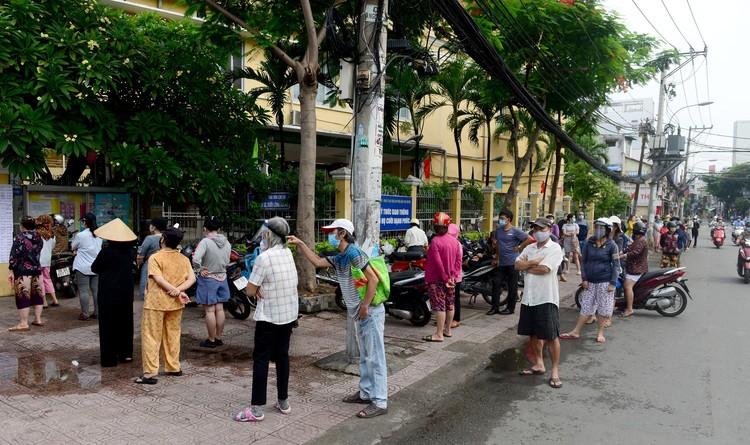 """Dân Sài Gòn xếp hàng dài trăm mét chờ mua thực phẩm ở """"siêu thị dã chiến"""" ảnh 2"""