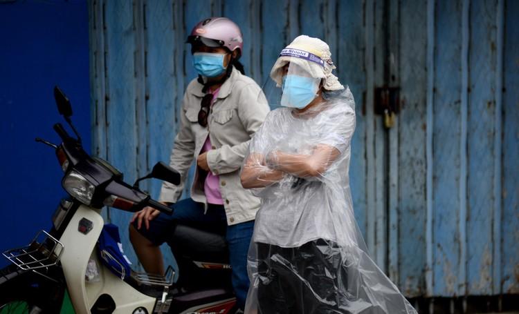 """Dân Sài Gòn xếp hàng dài trăm mét chờ mua thực phẩm ở """"siêu thị dã chiến"""" ảnh 3"""