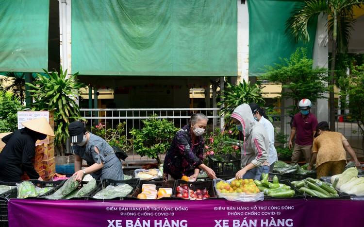 """Dân Sài Gòn xếp hàng dài trăm mét chờ mua thực phẩm ở """"siêu thị dã chiến"""" ảnh 5"""