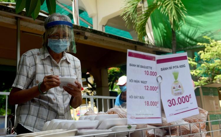 """Dân Sài Gòn xếp hàng dài trăm mét chờ mua thực phẩm ở """"siêu thị dã chiến"""" ảnh 6"""