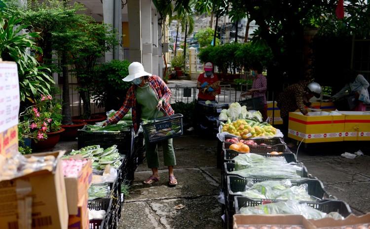 """Dân Sài Gòn xếp hàng dài trăm mét chờ mua thực phẩm ở """"siêu thị dã chiến"""" ảnh 7"""