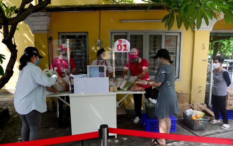 """Dân Sài Gòn xếp hàng dài trăm mét chờ mua thực phẩm ở """"siêu thị dã chiến"""" ảnh 8"""