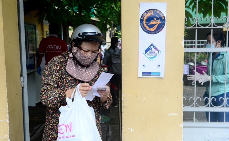 """Dân Sài Gòn xếp hàng dài trăm mét chờ mua thực phẩm ở """"siêu thị dã chiến"""" ảnh 9"""