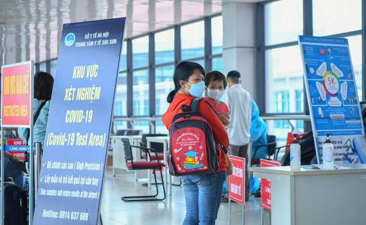Cận cảnh test nhanh Covid-19 cho khách ra vào Thủ đô ở sân bay Nội Bài ảnh 1