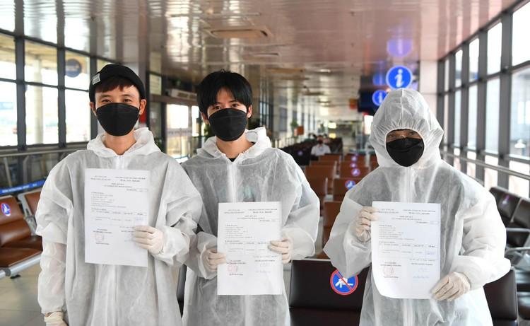 Cận cảnh test nhanh Covid-19 cho khách ra vào Thủ đô ở sân bay Nội Bài ảnh 11