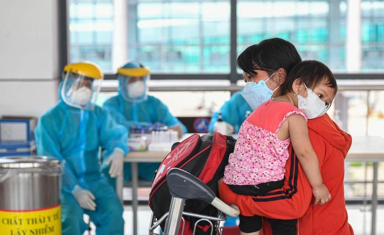 Cận cảnh test nhanh Covid-19 cho khách ra vào Thủ đô ở sân bay Nội Bài ảnh 12
