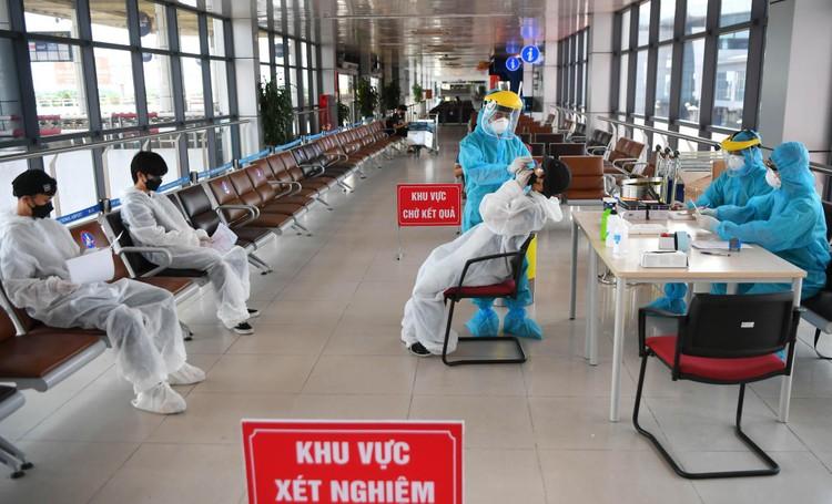 Cận cảnh test nhanh Covid-19 cho khách ra vào Thủ đô ở sân bay Nội Bài ảnh 13