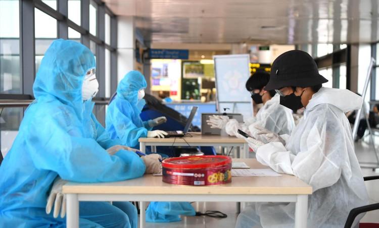 Cận cảnh test nhanh Covid-19 cho khách ra vào Thủ đô ở sân bay Nội Bài ảnh 2