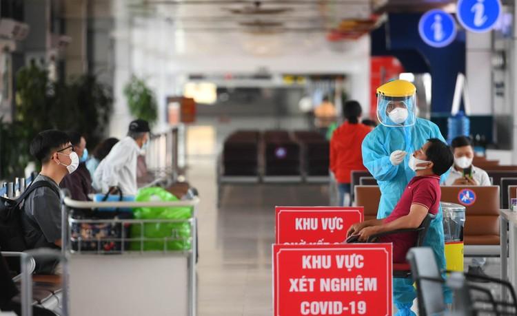 Cận cảnh test nhanh Covid-19 cho khách ra vào Thủ đô ở sân bay Nội Bài ảnh 3