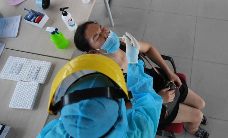 Cận cảnh test nhanh Covid-19 cho khách ra vào Thủ đô ở sân bay Nội Bài ảnh 5