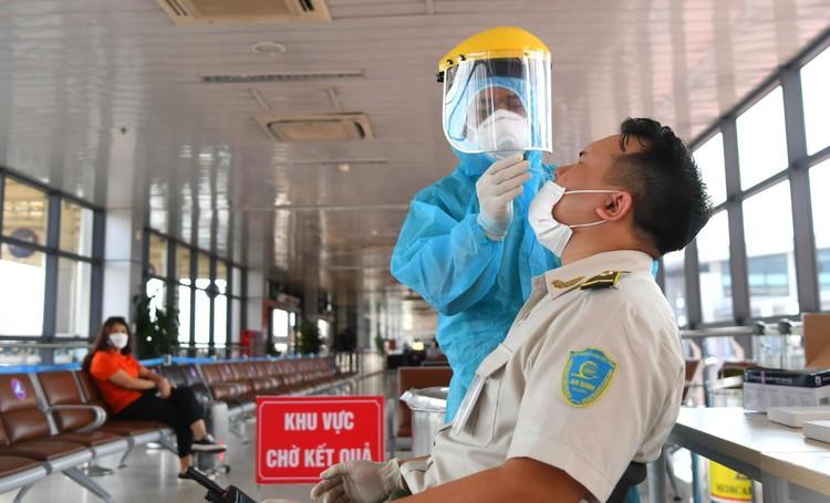 Cận cảnh test nhanh Covid-19 cho khách ra vào Thủ đô ở sân bay Nội Bài ảnh 6