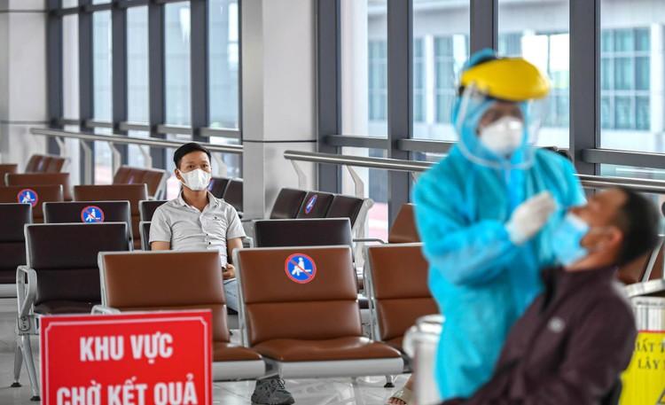 Cận cảnh test nhanh Covid-19 cho khách ra vào Thủ đô ở sân bay Nội Bài ảnh 9