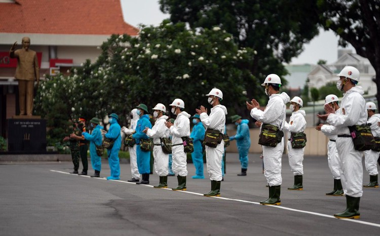 Quân đội bắt đầu 7 ngày phun khử khuẩn toàn TP.HCM ảnh 2