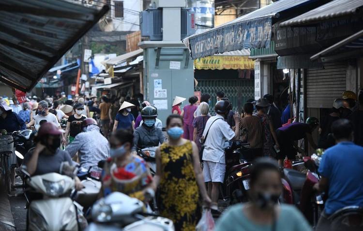 Ùn ùn vào chợ mua thực phẩm ngày đầu Hà Nội thực hiện Chỉ thị 16 ảnh 1