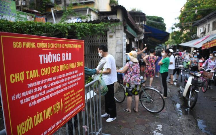 Ùn ùn vào chợ mua thực phẩm ngày đầu Hà Nội thực hiện Chỉ thị 16 ảnh 2