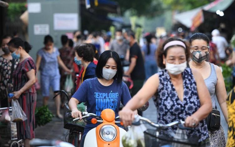 Ùn ùn vào chợ mua thực phẩm ngày đầu Hà Nội thực hiện Chỉ thị 16 ảnh 3