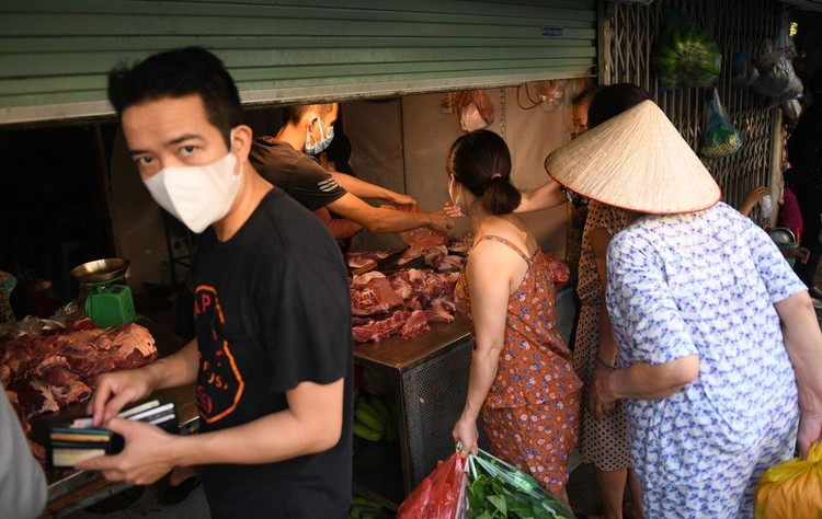 Ùn ùn vào chợ mua thực phẩm ngày đầu Hà Nội thực hiện Chỉ thị 16 ảnh 4