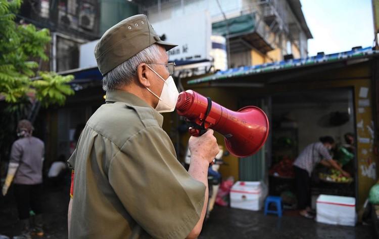 Ùn ùn vào chợ mua thực phẩm ngày đầu Hà Nội thực hiện Chỉ thị 16 ảnh 5