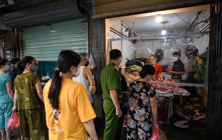 Ùn ùn vào chợ mua thực phẩm ngày đầu Hà Nội thực hiện Chỉ thị 16 ảnh 6