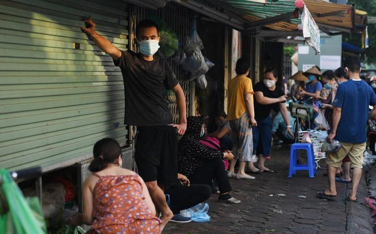 Ùn ùn vào chợ mua thực phẩm ngày đầu Hà Nội thực hiện Chỉ thị 16 ảnh 8