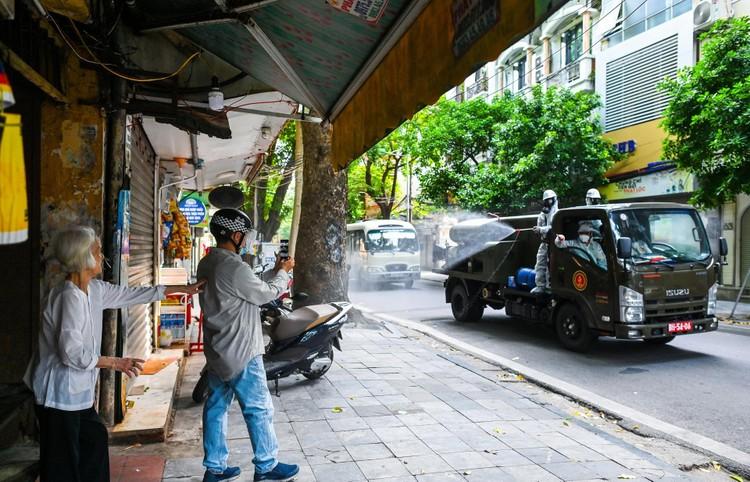 Phun khử khuẩn hàng loạt tuyến phố ở Hà Nội ảnh 10