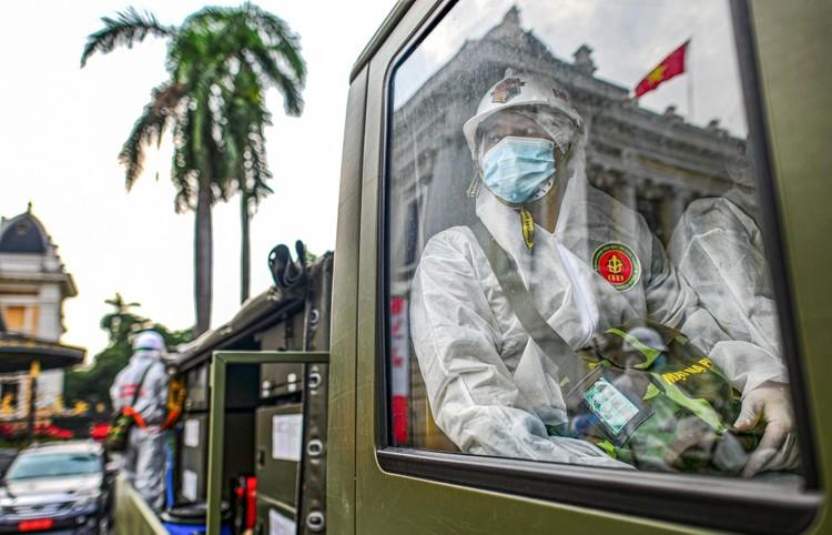 Phun khử khuẩn hàng loạt tuyến phố ở Hà Nội ảnh 3