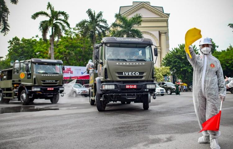 Phun khử khuẩn hàng loạt tuyến phố ở Hà Nội ảnh 4