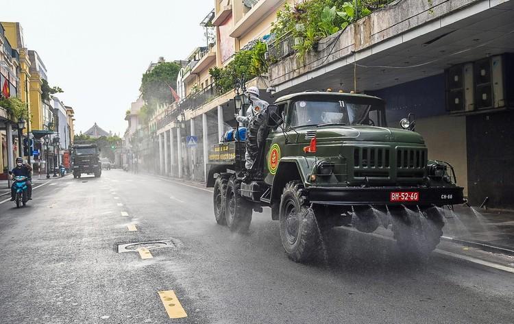 Phun khử khuẩn hàng loạt tuyến phố ở Hà Nội ảnh 5