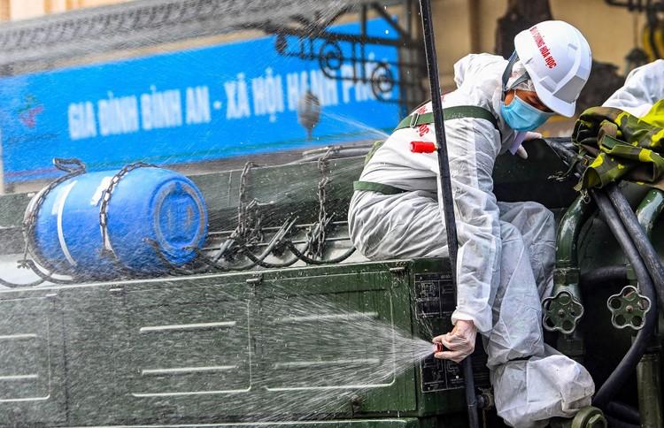Phun khử khuẩn hàng loạt tuyến phố ở Hà Nội ảnh 7