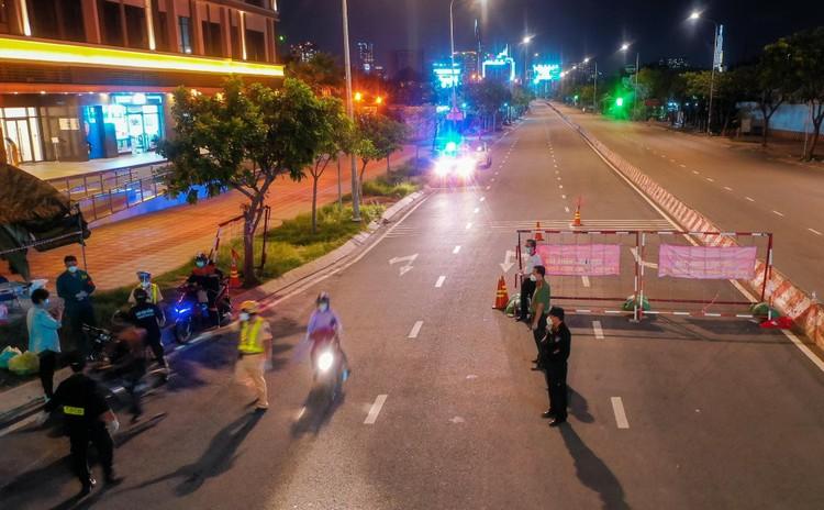 Đêm đầu tiên Công an TP.HCM kiểm tra người ra đường sau 18h ảnh 2