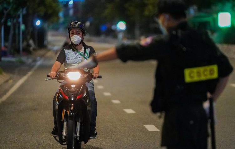Đêm đầu tiên Công an TP.HCM kiểm tra người ra đường sau 18h ảnh 3