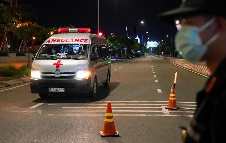 Đêm đầu tiên Công an TP.HCM kiểm tra người ra đường sau 18h ảnh 8