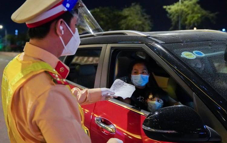 Đêm đầu tiên Công an TP.HCM kiểm tra người ra đường sau 18h ảnh 9