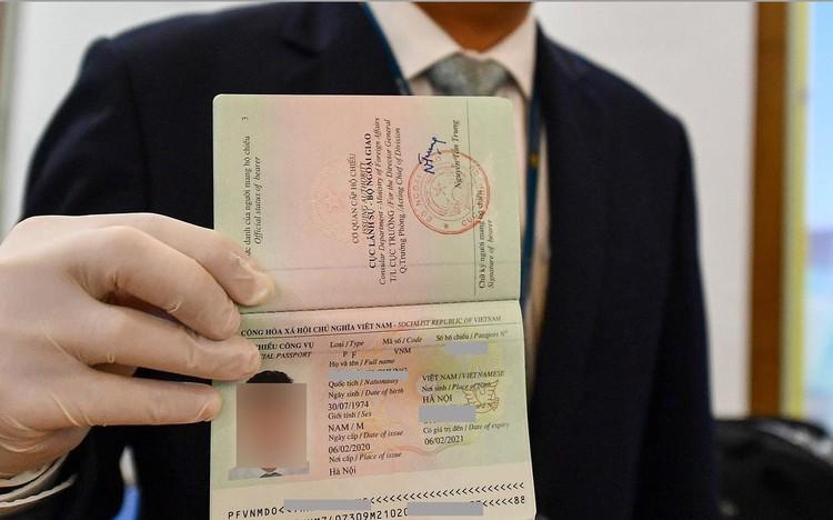 Chính sách hiệu lực từ tháng 8: Hộ chiếu gắn chip, bỏ nhiều chứng chỉ ảnh 1