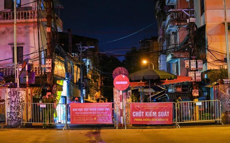 Trèo rào ra khỏi khu phong tỏa trong đêm ở Hà Nội ảnh 1