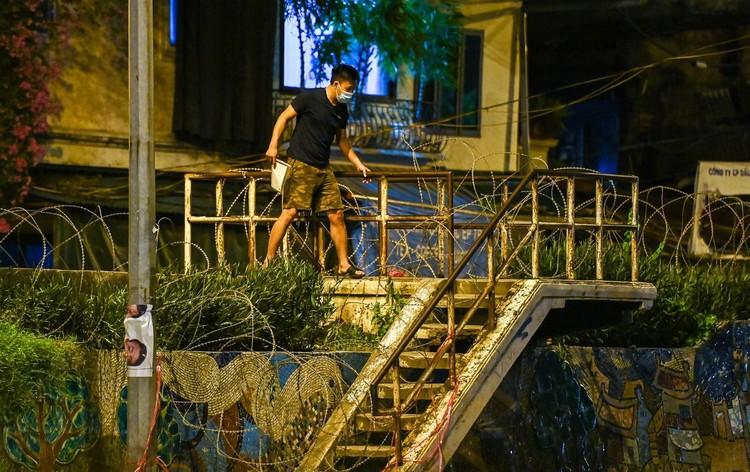 Trèo rào ra khỏi khu phong tỏa trong đêm ở Hà Nội ảnh 10