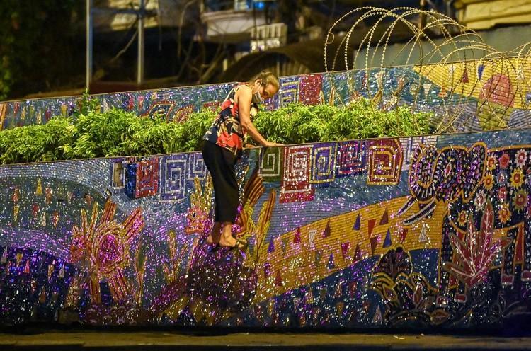 Trèo rào ra khỏi khu phong tỏa trong đêm ở Hà Nội ảnh 4
