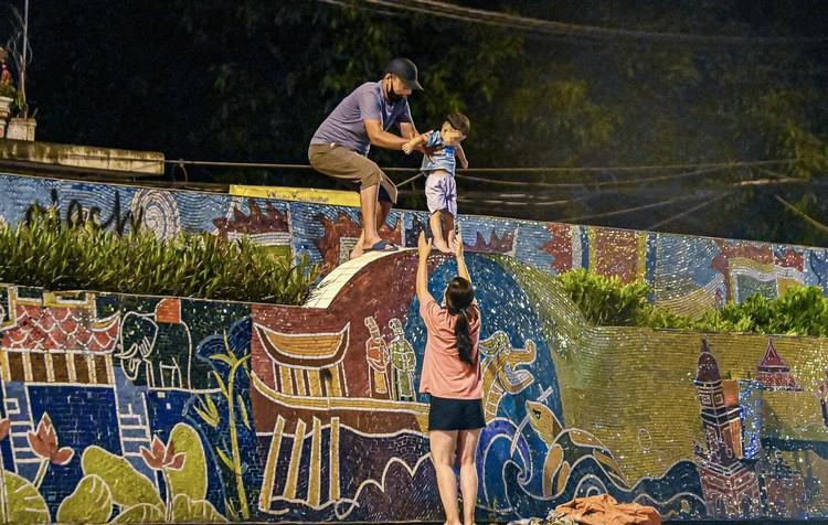 Trèo rào ra khỏi khu phong tỏa trong đêm ở Hà Nội ảnh 5