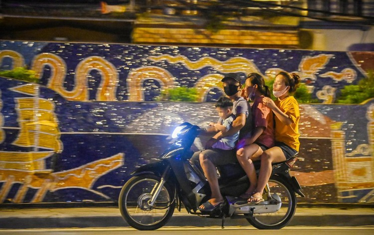 Trèo rào ra khỏi khu phong tỏa trong đêm ở Hà Nội ảnh 6