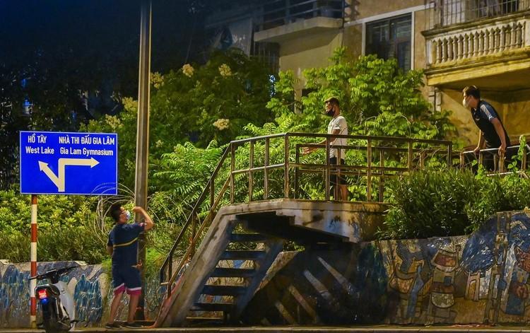 Trèo rào ra khỏi khu phong tỏa trong đêm ở Hà Nội ảnh 7