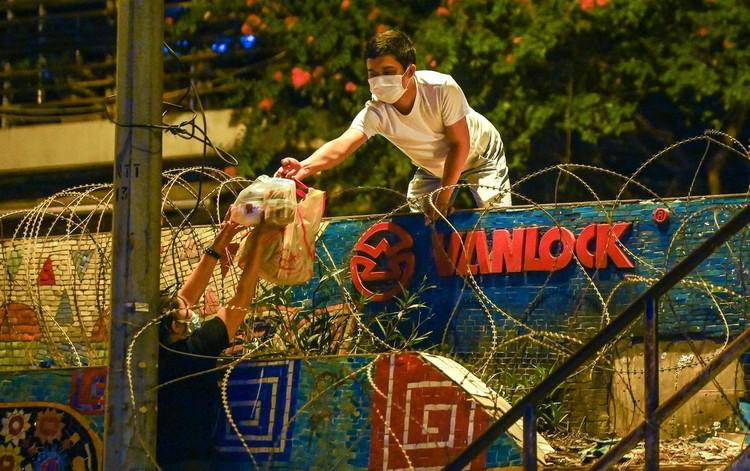 Trèo rào ra khỏi khu phong tỏa trong đêm ở Hà Nội ảnh 9