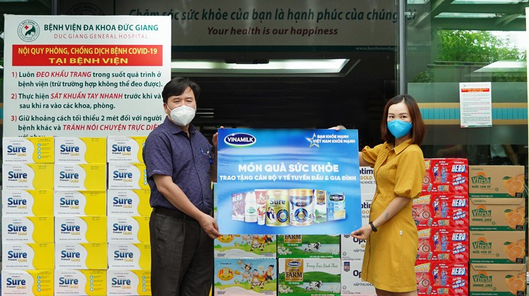 Vinamilk trao tặng món quà đến 10.000 cán bộ y tế tuyến đầu tại nhiều bệnh viện trên cả nước ảnh 2