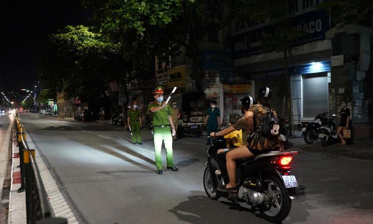 24 giờ tại các chốt kiểm soát cơ động khắp đường phố Thủ đô ảnh 11