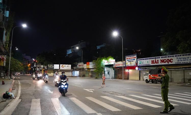 24 giờ tại các chốt kiểm soát cơ động khắp đường phố Thủ đô ảnh 14