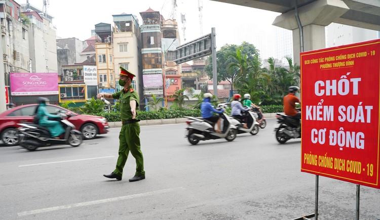24 giờ tại các chốt kiểm soát cơ động khắp đường phố Thủ đô ảnh 3