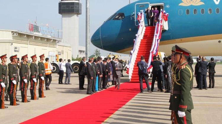 Chủ tịch nước và phu nhân đến Vientiane, bắt đầu thăm hữu nghị chính thức CHDCND Lào ảnh 1
